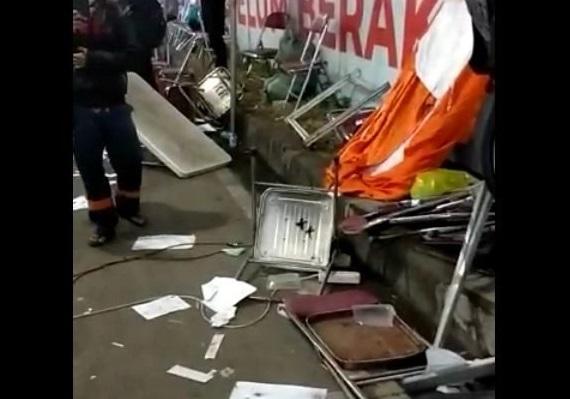 Perusakan pos penyekatan Suramadu sisi Surabaya yang dilakukan puluhan pengendara Madura yang menolak swab (Foto/ Istimewa)