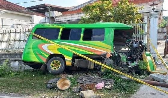 Mini Bus Tabrak Pagar Rumah Warga, Dua Penumpang Meninggal