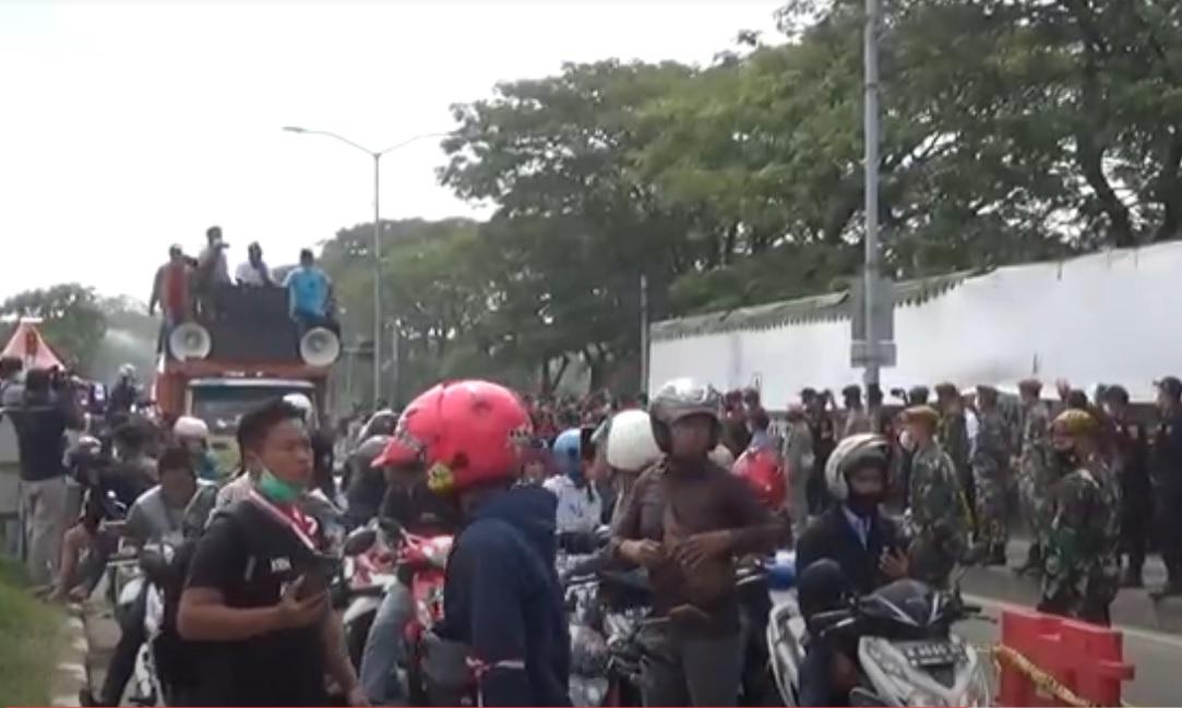 Demo! Warga Madura Tolak Penyekatan Suramadu dan Swab Massal