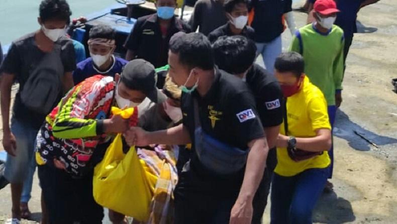 Korban tenggelam di pantai selatan Tulungagung dievakuasi petugas ( Foto / Metro TV)