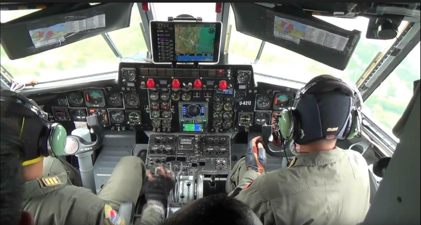 Pesawat TNI AL Semprot Disinfektan ke Zona Hitam