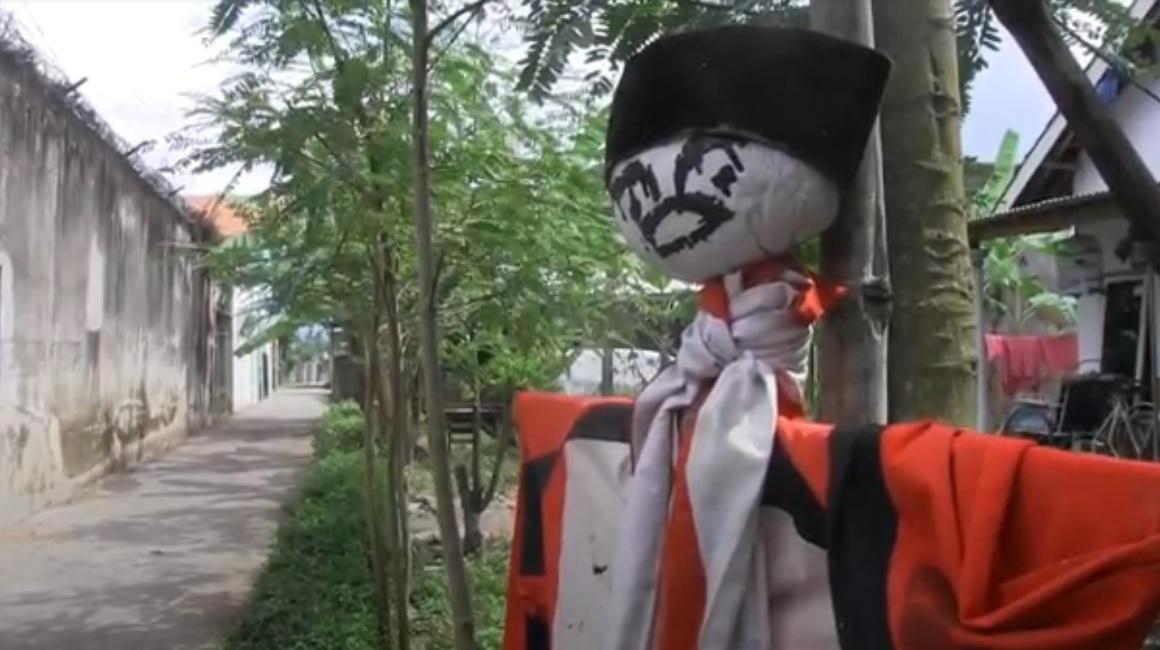 Salah satu boneka yang dipasang warga Dusun Biting, Desa Kutorenon, Kecamatan Sukodono, Lumajang untuk mengusir virus korona. (metrotv)