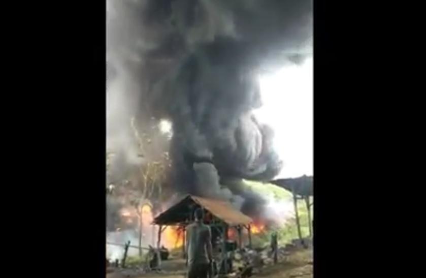 Api kebakran melahap smur tambang minyak tradisional di Desa Hargomulyo Kecamatan Kedewan, Kabupaten Bojonegoro. (ist)