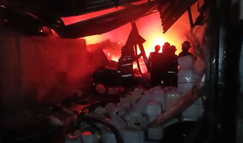 Perusahaan Migor di Kedamean Gresik Terbakar