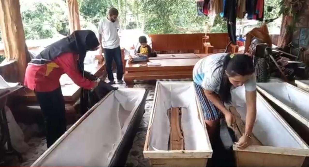 Perajin peti mati di Magetan banjir pesanan selama PPKM Darurat. (metrotv)