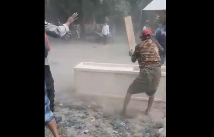 Tampak dalam rekaman video massa merusak peti mati jenazah covid-19. (ist)