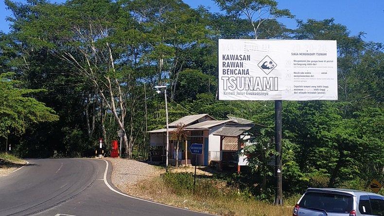 Peringatan peta rawan tsunami di pesisir selatan Kabupaten Malang (Foto / Metro TV)