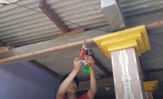 Dipercaya Mampu Usir Pagebluk, Warga Mojokerto Kompak Gantungkan Air Warna-Warni