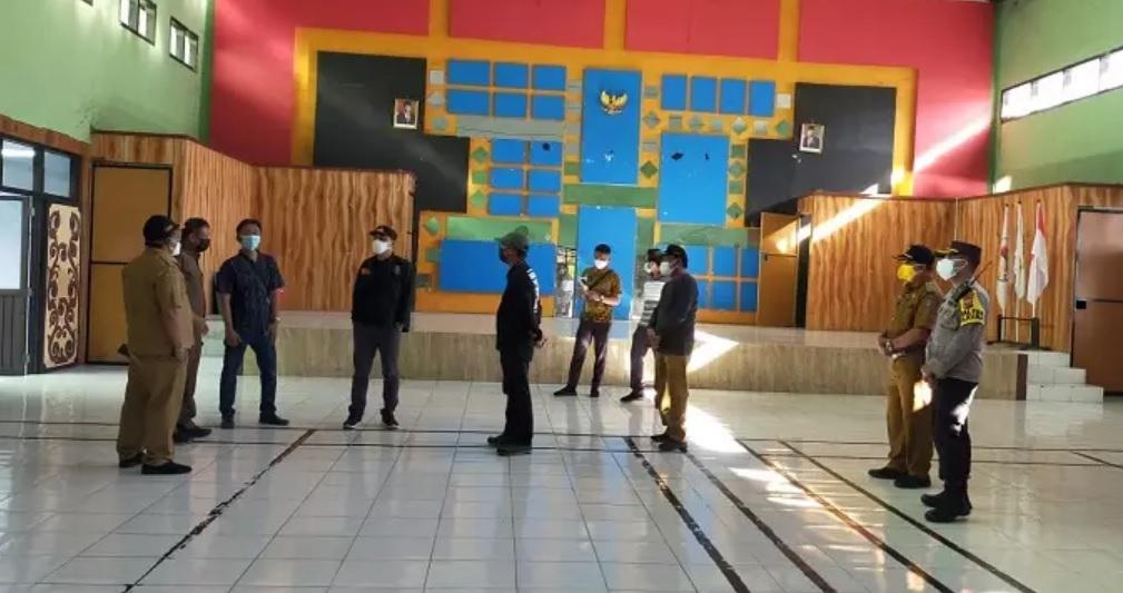 Walikota Surabaya Eri Cahyadi saat mengecek lokasi di setiap kelurahan untuk dijadikan RS Darurat  (Foto / Hum)