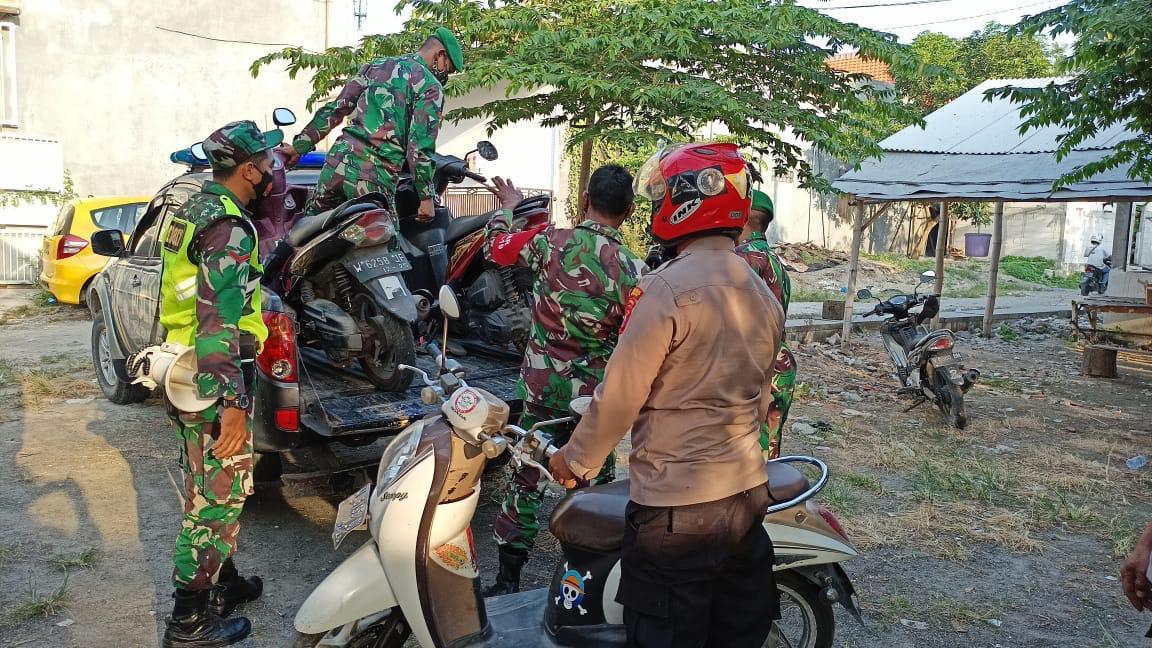 Petugas mengamankan motor para pecinta burung yang ditinggal lantaran panik saat didatangi polisi (Foto / Metro TV)