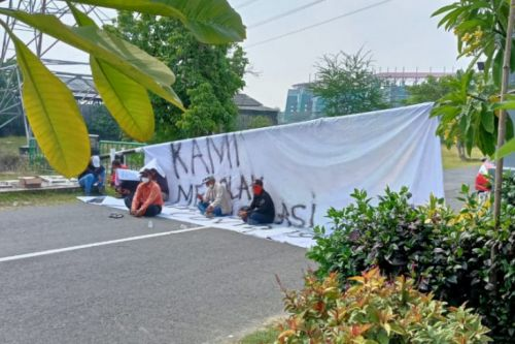 Sejumlah warga menutup akses menuju Rumah Sakit Darurat GOR Indoor kompleks Gelora Bung Tomo (GBT) di Kelurahan Benowo, Kecamatan Pakal, Kota Surabaya, Jatim, Jumat (23/7/2021). (FOTO ANTARA/HO-Warga Jawar Surabaya)