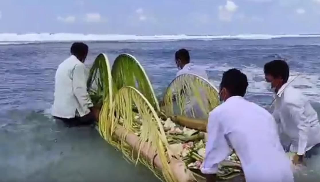 Bersihkan Desa dari Pandemi, Warga Pesisir Pacitan Gelar Larung Sesaji