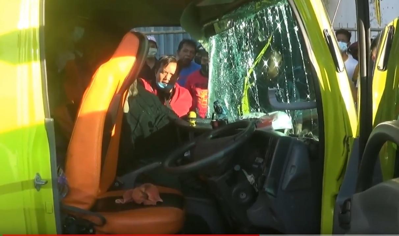 Petugas dan warga mengevakuasi seorang penumpang yang tergencet body mobil. (metrotv)