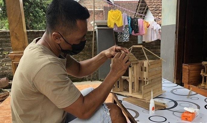 Kreatif, Pria di Magetan Bikin Miniatur Rumah Mewah dari Bambu