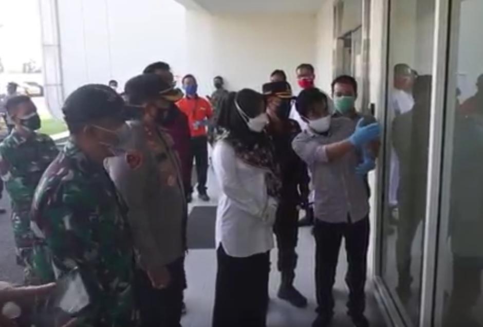 Kapolres Mojokerto AKBP Dony Alexander mengecek konidisi pbarik es krim. (metrotv)