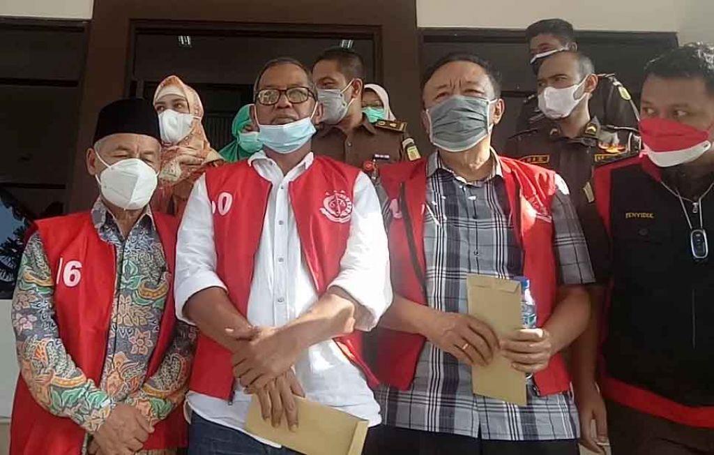 Tiga orang tersangka kasus penyalahgunaan dana pinjaman Rp25 miliar dari Kementerian Koperasi dan UMKM kepada gabungan koperasi susu se Kabupaten Pasuruan (Foto / Metro TV)