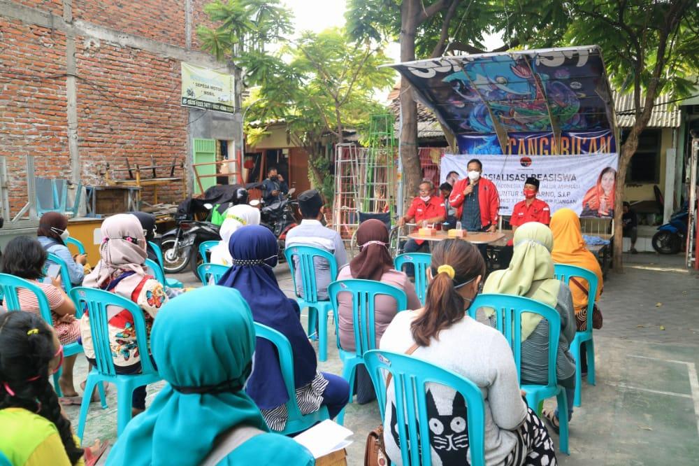 Wakil Ketua Komisi B DPRD Kota Surabaya, Anas Karno menyalurkan bantuan beasiswa kepada yang membutuhkan (Foto/Istimewa)