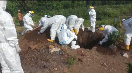 Petugas pemakaman jenazah covid-19. (metrotv)