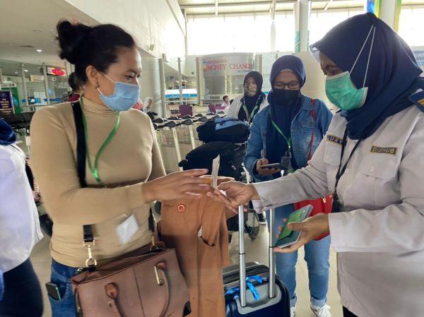 Ratusan PMI Tiba di Bandara Juanda, Dikarantina di Asrama Haji
