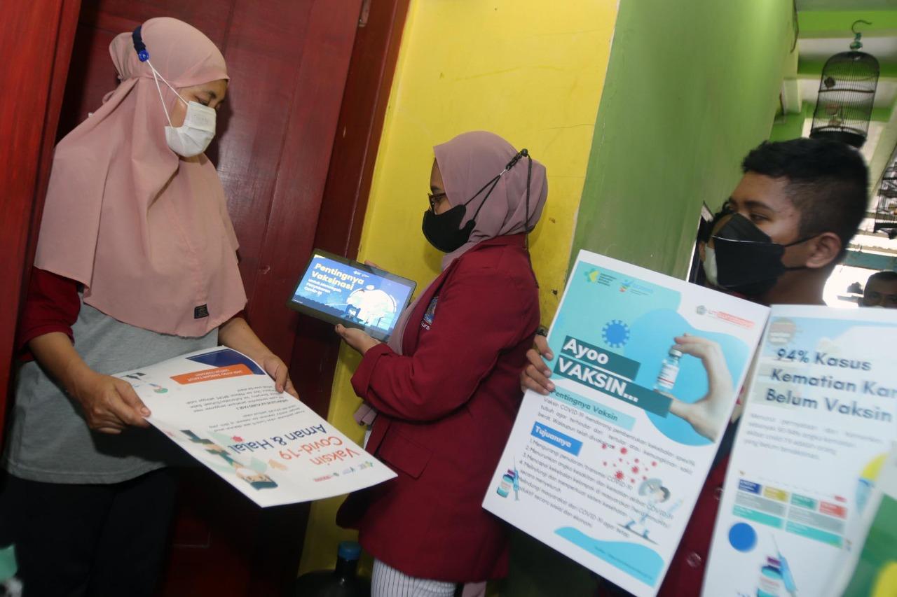Hilangkan Stigma Negatif Vaksin, Mahasiswa UMSurabaya Edukasi Warga
