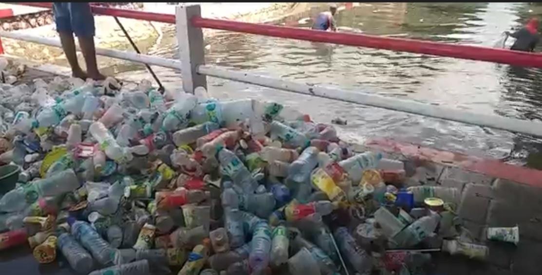Tumpukan sampah plastik yang menyumbat aliran Sungai  Marengan di Kabupaten Sumenep. (metrotv)