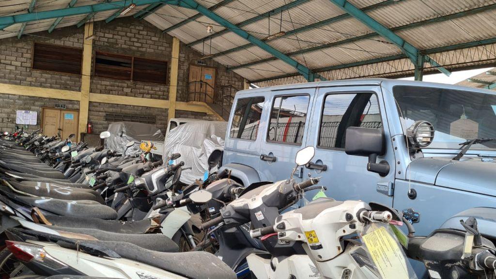 Sejumlah motor dan mobil mewah memenuhi tempat penyimpanan barang bukti di Rupbasan Surabaya (Foto / Metro TV)