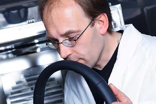 Pekerjaan Unik, Nissan Miliki Pegawai Khusus yang Mampu Mencium Bau Mobil