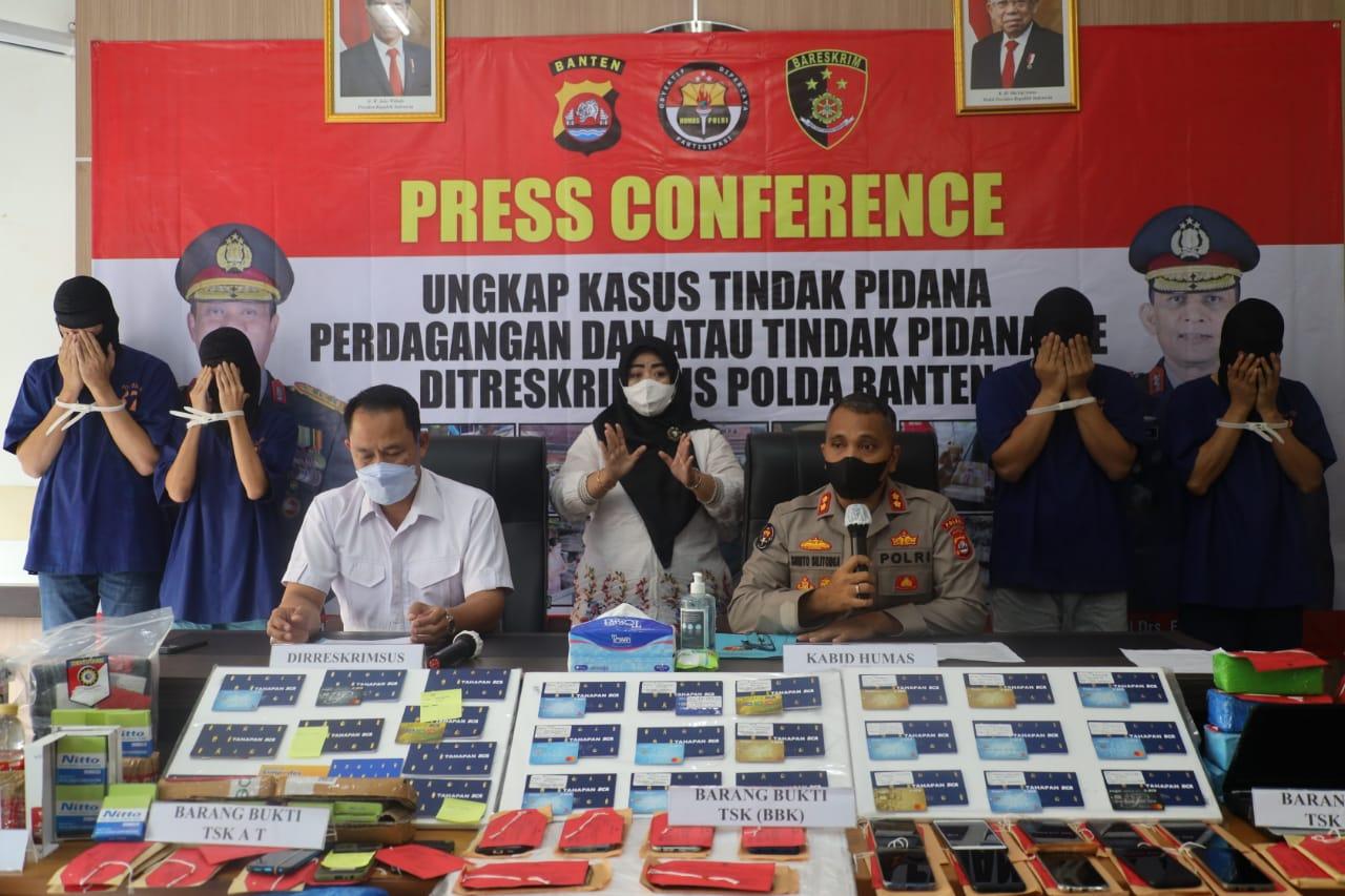 Dirreskrimsus Polda Banten Kombes Pol Dedi Supriyadi dan Kabid Humas Polda Banten, AKBP Shinto Silitonga menunjukkan tersangka dan barang bukti penipuan (Foto /Metro TV)