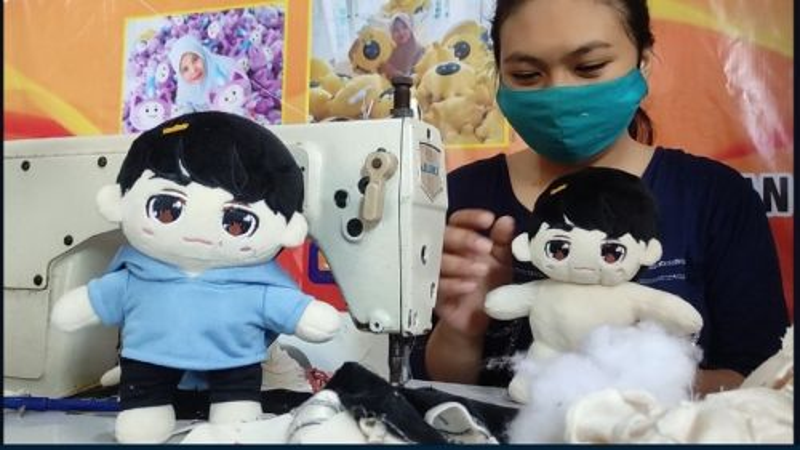 Suliah Handayani menunjukkan salah satu boneka Kpop yang ia produksi (Foto / Metro TV)