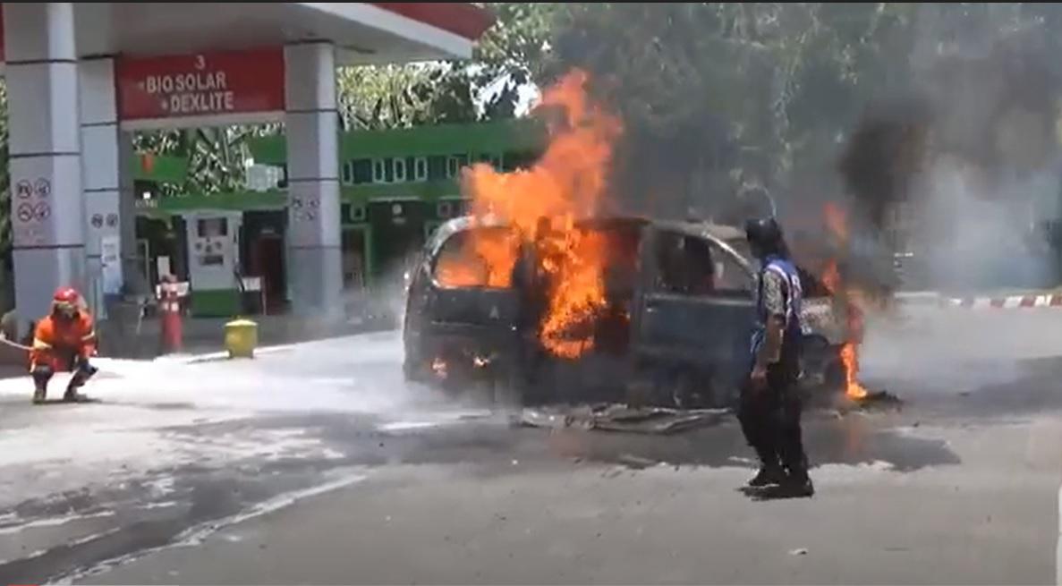 Isi Bensin, Minibus Hangus Terbakar di SPBU Nganjuk