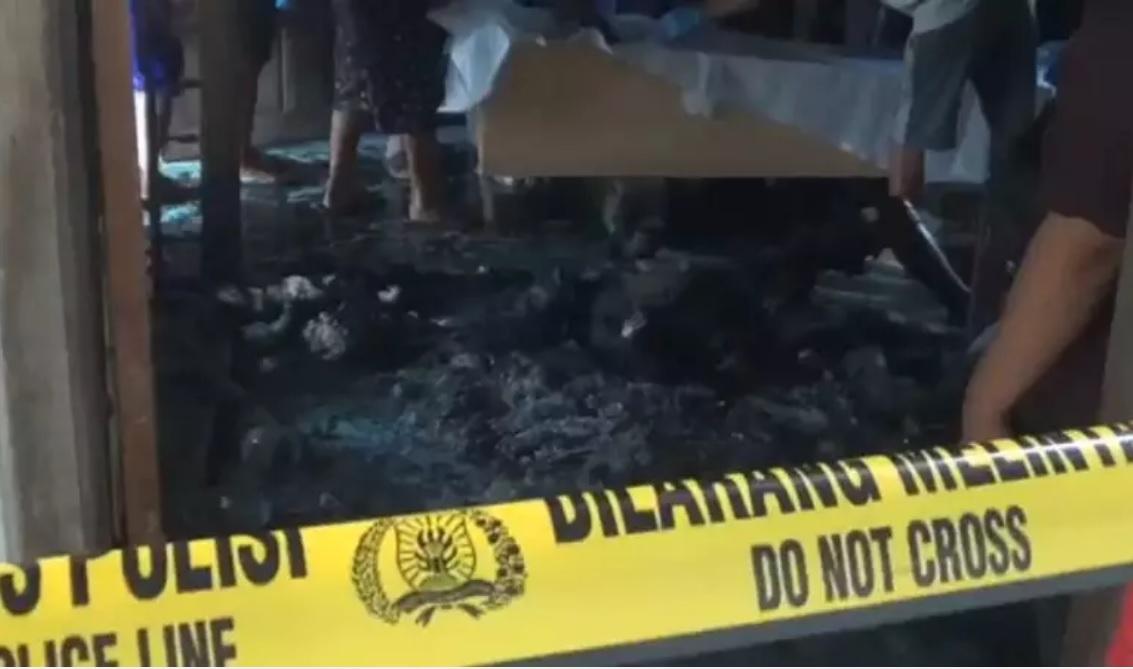 Jasad korban kebakaran yang sudah menghitam dievakuasi petugas. (metrotv)