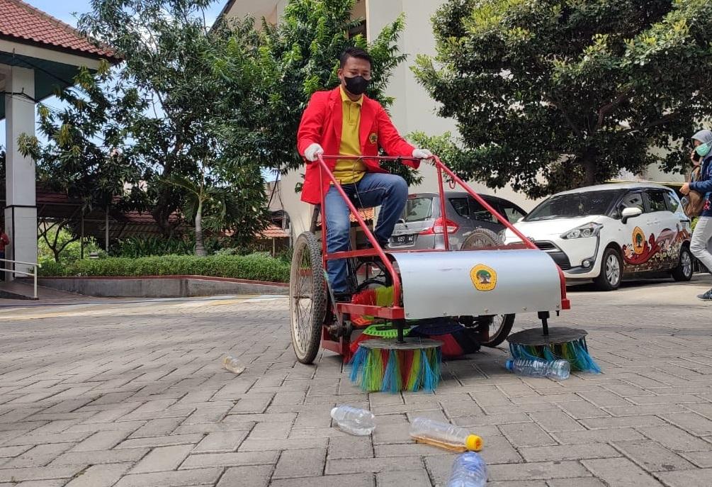 Mahasiswa Untag Ciptakan Sepeda Penyapu Sampah