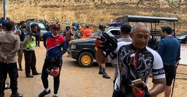 Tangkapan layar Walikota Malang, Sutiaji bersama rombongannya memaksa masuk Pantai Kondang Merak saat PPKM (Foto / Istimewa)