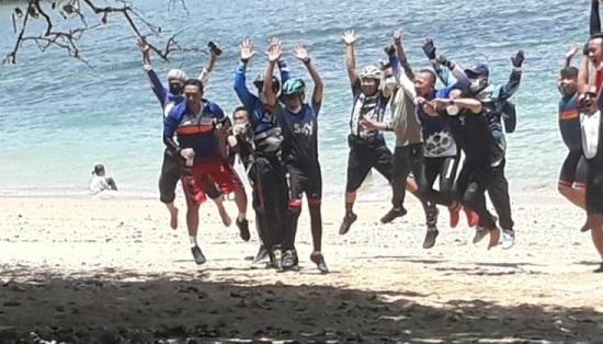 Tangkapan layar Walikota Malang, Sutiaji bersama rombongannya foto bersama usai memaksa masuk Pantai Kondang Merak saat PPKM (Foto / Istimewa)