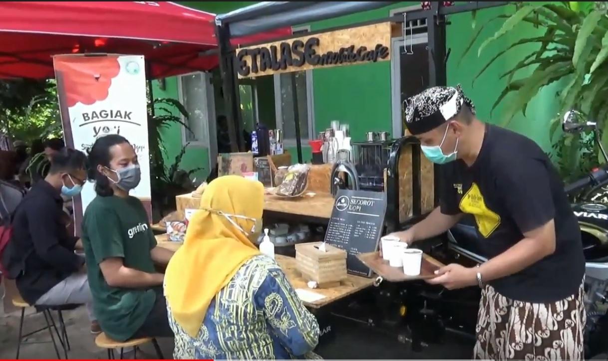 Pengunjung menikmati kopi gratis setelah menimbang sampah. (metrotv)