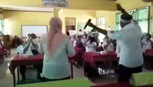 Aksi Kepala Dinas Pendidikan Kabupaten Bondowoso, Sugiono Eksantoso berjoget dangdut yang viral di media sosial. (metrotv)