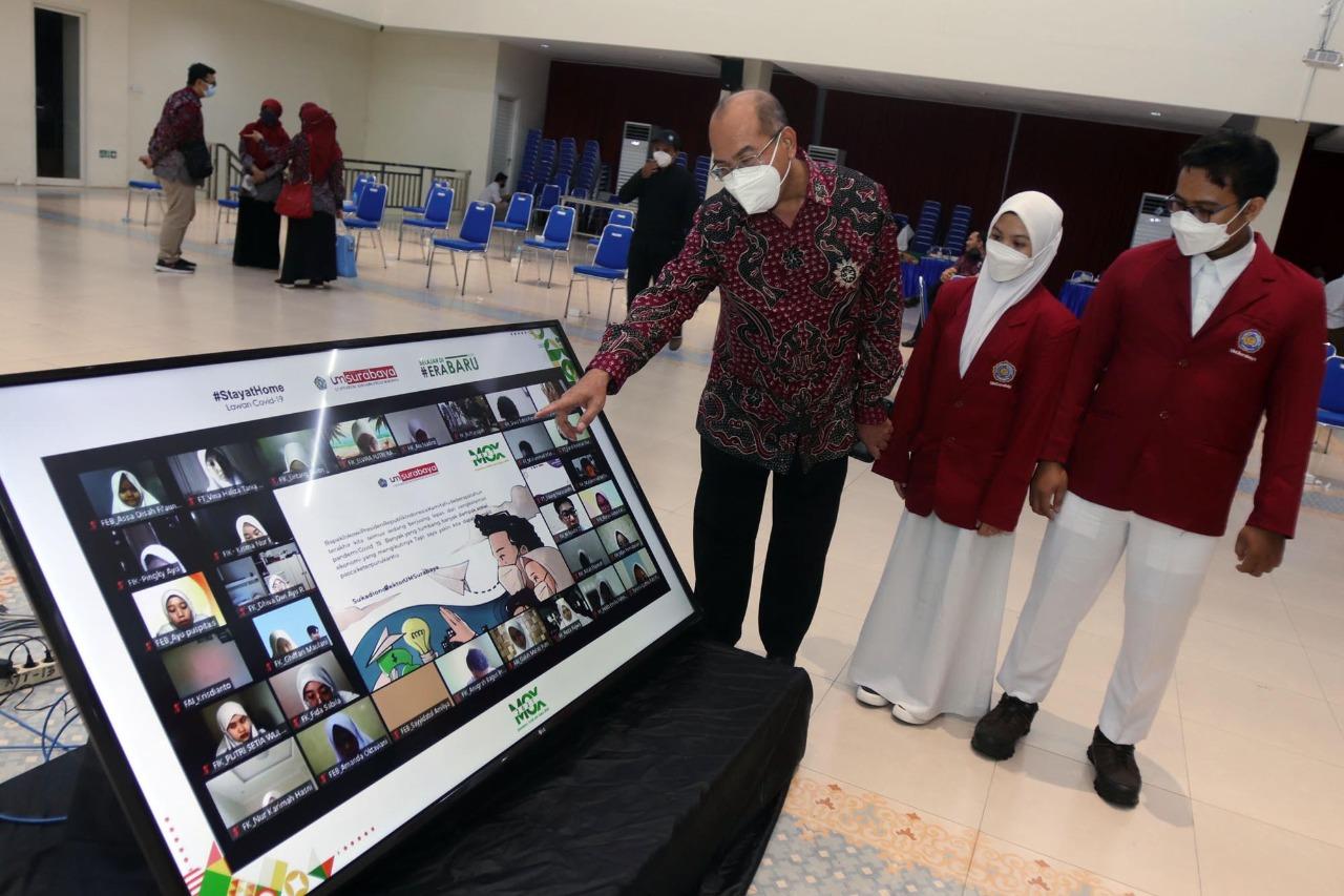 Rektor UM Surabaya, Sukadiono menunjukkan surat digital yang ditulisnya untuk Presiden kepada dua orang mahasiswa baru (Foto / Metro TV)