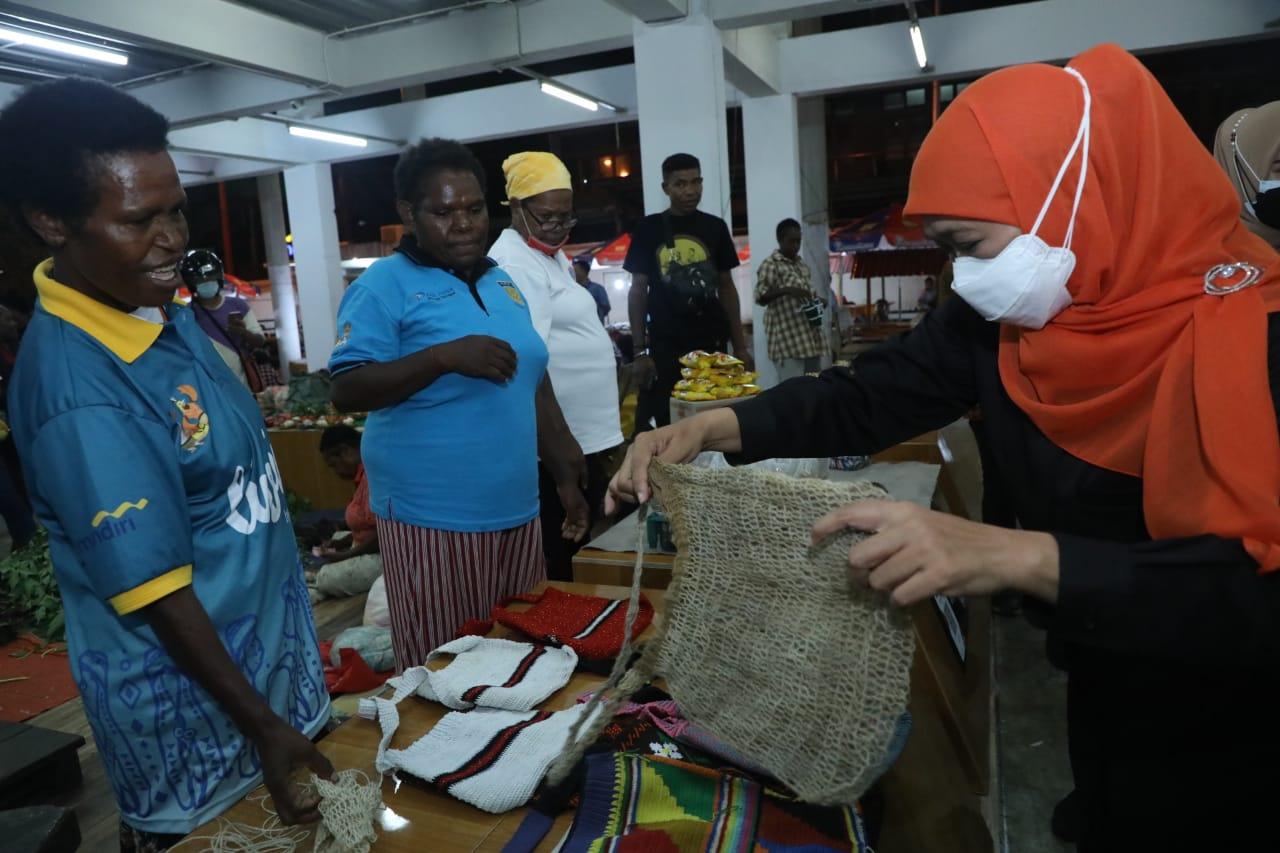 Gubernur Jatim, Khofifah Indar Parawansa  memborong noken, tas khas Papua (Foto / Hum)