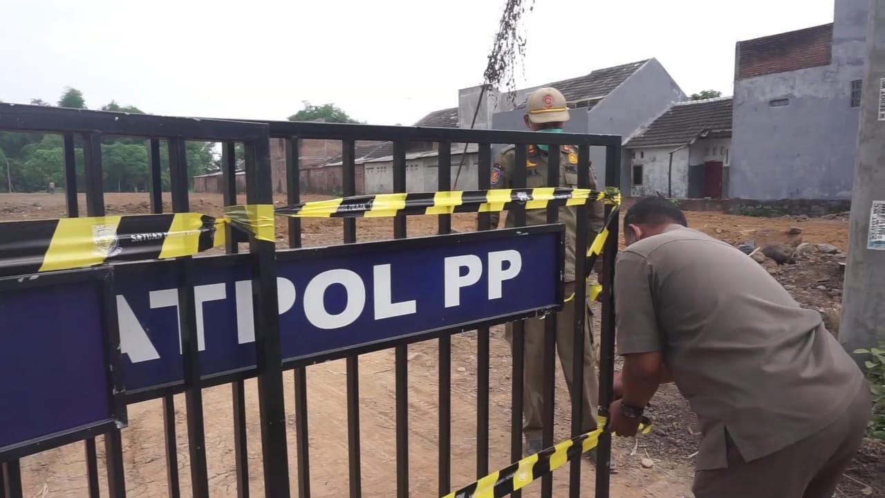 Satpol PP Kota Mojokerto menyegel akses masuk proyek pembangunan perumahan lantaran belum melengkapi izin (Foto/ Tamam / Metro TV)