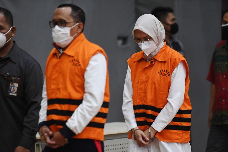 Bupati nonaktif Probolinggo Puput Tantriana Sari dan suaminya anggota DPR, Hasan Aminuddin. (ft/antara)