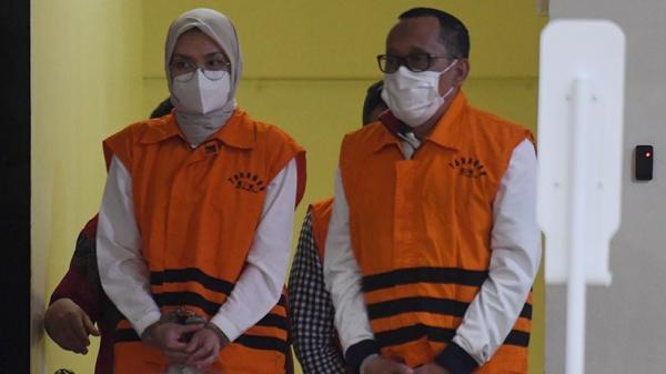 Wakil Ketua Komisi IV DPR RI, Hasan Aminudin dan istrinya, Bupati Probolinggo Puput Tantriana Sari saat ditangkap KPK (Foto/ Metro TV)