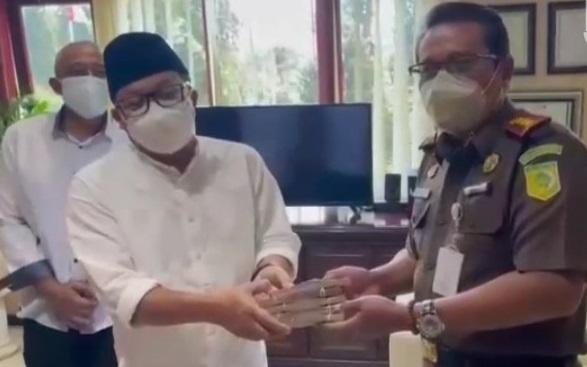 Walikota Malang Sutiaji dan dua pejabat lain membayar denda ke Kejari Malang (Foto / Metro TV)
