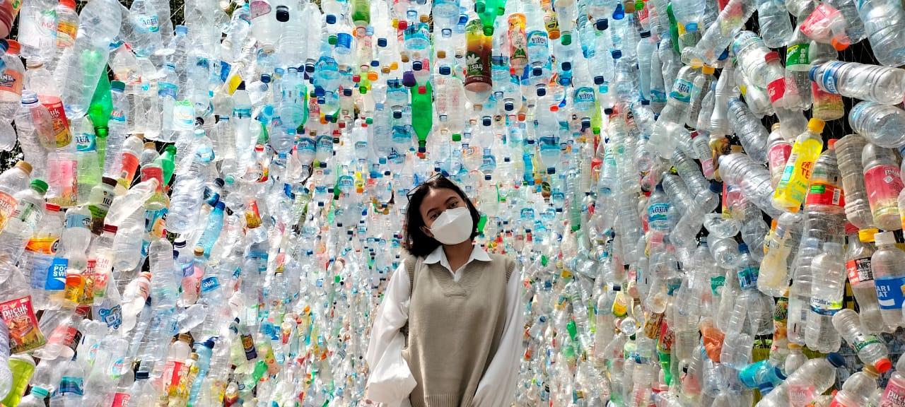 Pengunjung berfoto di Museum Sampah Plastik. Medcom.id/Amaluddin