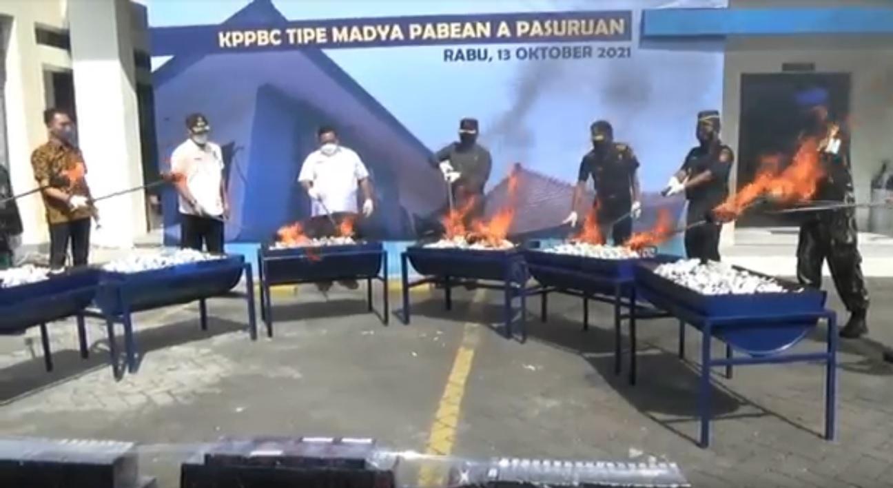 Belasan juta batang rokok ilegal dimusnahkan di Halaman Kantor Bea Cukai Pasuruan. (metrotv)