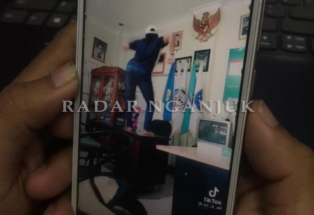 Viral,  Kasun di Nganjuk Joget TikTok di Meja Kades