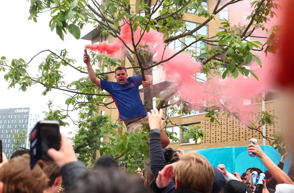 Salah satu kegilaan suporter Inggris menyalakan flare di atas pohon