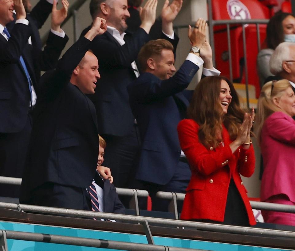 Pangeran William dan Kate Middleton membawa putranya, Pangeran George untuk menonton kemenangan Inggris